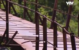 """Người dân """"nín thở"""" đi qua cây cầu sắp sập giữa Hà Nội"""