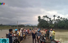 Đi xe máy qua cầu Tràm, thiếu niên bị lũ cuốn mất tích
