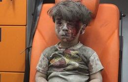 Bức ảnh cậu bé Syria ngồi thất thần chạm vào lương tâm của cả thế giới