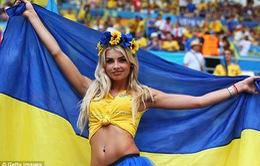 CĐV xinh đẹp của Ukraine và Ba Lan đọ sắc