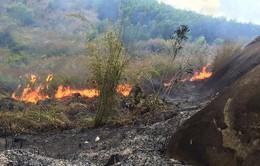 Cố gắng dập tắt vụ cháy rừng trên núi Chứa Chan trong chiều 1/3