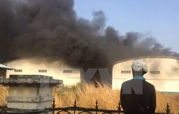 Cháy công ty sản xuất nhựa, hàng ngàn m2 nhà kho bị thiêu rụi
