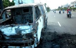 Ô tô đâm vào núi phát nổ, 5 người bị thương