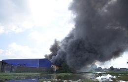 TP.HCM: Cháy lớn thiêu rụi xưởng sản xuất mũ bảo hiểm