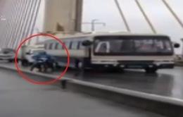 Chân dung người lái xe ca chắn gió cho xe máy qua cầu trong bão số 3