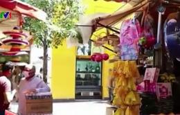 Người dân Chile đổ xô đi mua các sản phẩm quần áo màu vàng