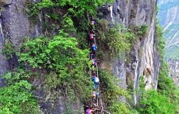 Trung Quốc: Trẻ em vùng sâu, vùng xa phải leo vách núi đến trường