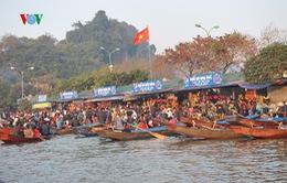 Hàng vạn du khách đổ về dự lễ khai hội chùa Hương