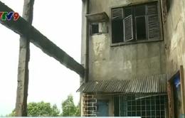 TP.HCM di dời khẩn 10 hộ dân ở chung cư xuống cấp