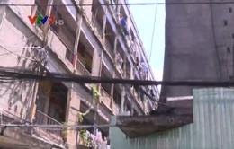 Tháo dỡ khẩn cấp lô D chung cư Cô Giang (TP.HCM)