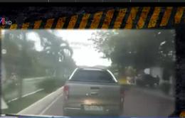 Ô tô bán tải nhất quyết không nhường đường cho xe cấp cứu