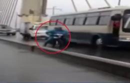 Xe khách chắn gió cho xe máy qua cầu Bãi Cháy trong bão số 3