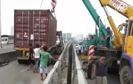 TP.HCM: Xe container bất ngờ đâm vào lan can cầu Phú Mỹ