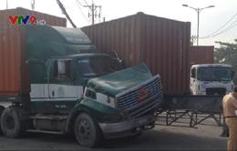 Hai xe container húc nhau, đường ra vào cảng Cát Lái ùn tắc nghiêm trọng