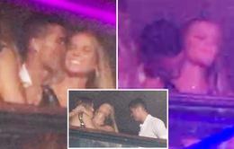 Ronaldo bị bắt gặp ôm hôn mỹ nhân bí ẩn ở hộp đêm