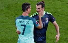 """Soái ca Ronaldo """"thơm"""" vai an ủi Gareth Bale sau thất bại"""