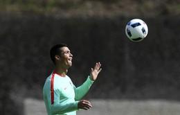 Ronaldo khoe tài tâng bóng đỉnh cao trước thềm tứ kết EURO 2016