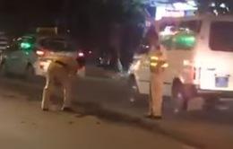 CSGT Hà Nội xách xô, dọn đất rơi trên đường trong đêm
