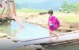 """Hà Tĩnh: Cầu độc đạo bị cuốn trôi, người dân """"đánh đu"""" tính mạng trên cầu tạm"""