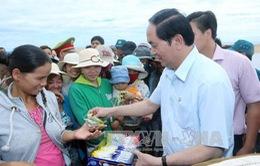 Chủ tịch nước thăm, tặng quà ngư dân tại Phú Yên