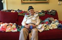 Khâm phục cụ ông 86 tuổi tự học đan mũ để tặng trẻ sơ sinh