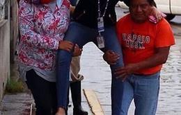 Nữ phóng viên Mexico bị đuổi việc vì để dân cõng qua vũng nước