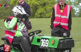 Thú vị cuộc đua máy cắt cỏ tại Anh