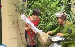 Xúc động Thượng úy cảnh sát bán chổi giúp người khuyết tật