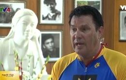 Cựu chiến binh Australia thăm bệnh xá Đặng Thùy Trâm bằng xe đạp