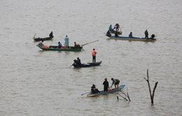 Vẫn chưa tìm thấy 3 người mất tích trong vụ lật xuồng trên hồ Đại Ninh