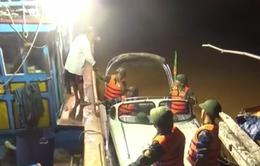 Trắng đêm cứu trợ người dân vùng lũ