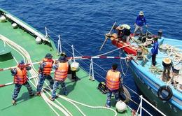 Cảnh sát biển cứu 10 ngư dân gặp nạn trên biển
