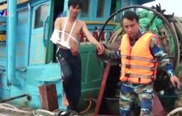 Cứu nạn 2 ngư dân trên vùng biển đảo Phú Quý