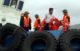Đưa 5 ngư dân gặp nạn trên biển vào bờ an toàn