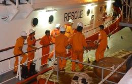 Tàu SAR 274 đưa ngư dân gặp nạn trên biển vào bờ an toàn