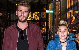 Miley Cyrus tình tứ nắm tay bạn trai đi hẹn hò