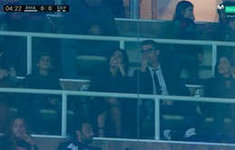 Không được ra sân, Ronaldo rủ bạn gái và con trai tới xem Real đá