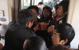 Trung Quốc cấm... ăn mỳ, mang gà lên tàu cao tốc dịp Tết