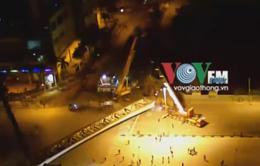 Dầm thép 140 tấn lật nghiêng trong đêm tại Hà Nội