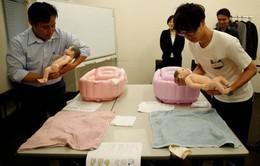 Lớp học chăm sóc trẻ sơ sinh dành cho… nam giới