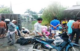 Người dân chung tay mua vịt chết ngạt trên xe tải bị lật