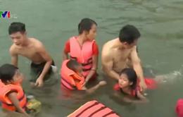 Quảng Ngãi: Dạy bơi miễn phí trên biển cho trẻ