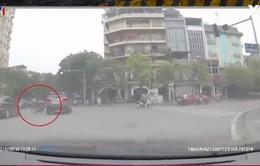 Bất chấp vượt đèn đỏ, người điều khiển xe máy đâm ô tô văng mạnh xuống đường