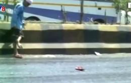 """Mặt đường bỏng rát ở Ấn Độ khiến giầy dép """"tan chảy"""""""