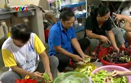 Café sáng với VTV3: Cán bộ phường chung tay nấu cơm từ thiện cho người dân nghèo