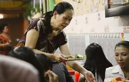 Bà chủ quán ăn vặt ở TP.Hồ Chí Minh tính tiền nhanh như... đọc rap