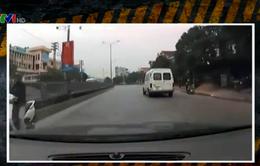 Tránh được xe máy ngược chiều, ô tô lại va vào người đi bộ băng rào