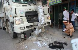 Đồng Nai: Xe tải mất lái vào giờ cao điểm, 2 người bị thương nặng
