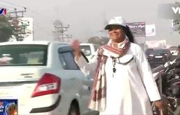 """Ấn Độ: Sau nỗi đau mất con vì tai nạn, người mẹ vực dậy trở thành """"Nữ hiệp sĩ giao thông"""""""