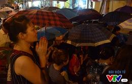 Hà Nội: Người dân đội mưa dự lễ Vu Lan tại chùa Phúc Khánh